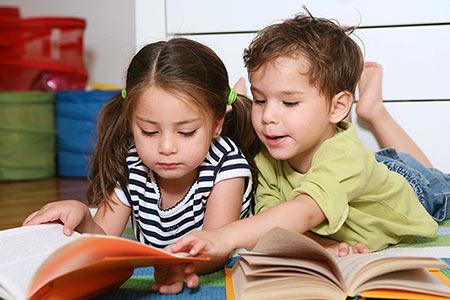 Junge und Mädchen lesen